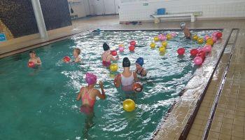 Uczniowie Szkoły Podstawowej w Sulikowie i Szkoły Podstawowej w Biernej uczą się pływać / materiały Urzędu Gminy Sulików