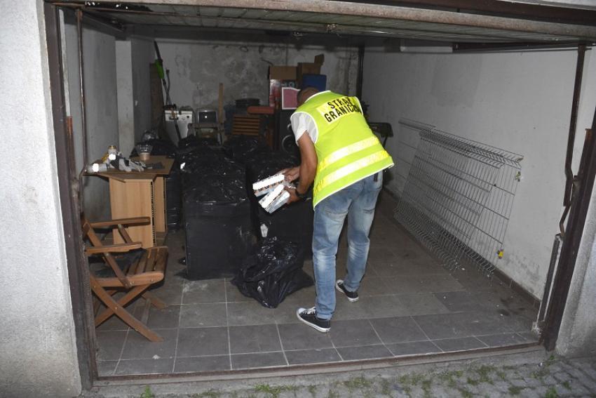 Funkcjonariusz straży granicznej podczas przeszukania prywatnej posesji / fot. NOSG