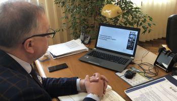 Wicestarosta podczas wideokonferencji nt. Regionalnego Planu Sprawiedliwej Transformacji / fot. Starostwo Powiatowe w Zgorzelcu