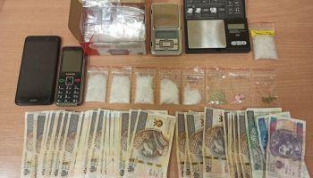 Zabezpieczone przez policjantów narkotyki, telefony, wagi elektroniczne oraz woreczki strunowe / fot. KPP Zgorzelec