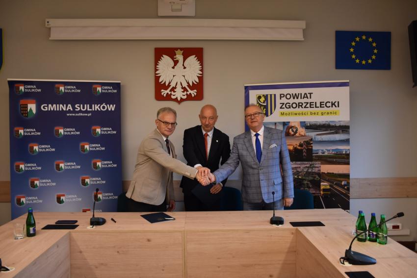 Wójt Robert Starzyński, starosta Artur Bieliński i wicestarosta Mirosław Fiedorowicz / fot. Starostwo Powiatowe w Zgorzelcu