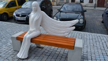 Ławka z rzeźbą anioła na rynku w Zawidowie / fot. UM Zawidów