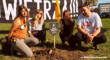 Symboliczny pogrzeb węgla brunatnego pod oknami Marszałka Województwa Dolnośląskiego - zdjęcie nr 30