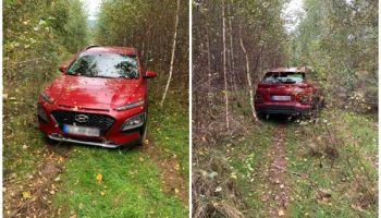Hyundai Kona w środku lasu w pobliżu Bogatyni. Auto zostało skradzione w Niemczech / fot. KPP Zgorzelec