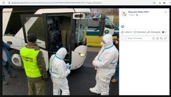 ehs... Ekipa w kombinezonach na zewnątrz, w środku autobusu niezabezpieczony pogranicznik... Foto MR