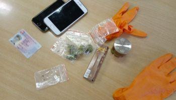 Marihuana, młynek do narkotyków, telefony komórkowe oraz dowód osobisty ujawnione przy mężczyźnie / fot. KPP Zgorzelec