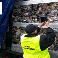 Z Niemiec do Polski. Funkcjonariusze KAS zatrzymali transport 16 ton śmieci