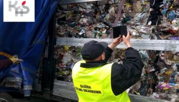 Funkcjonariusz dokumentujący ładunek / fot. KAS