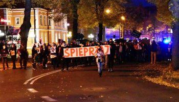Stanisława Kuzio-Podrucka idąca na czele protestujących mieszkańców Zgorzelca / fot. Mariusz Zet