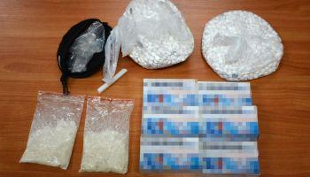 Zabezpieczone przez funkcjonariuszy narkotyki i tabletki z pseudoefedryną / fot. NOSG