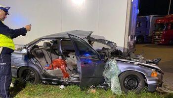 Wypadek w Jędrzychowicach. BMW wyleciało z drogi i uderzyło w naczepę tira / fot. czytelnik