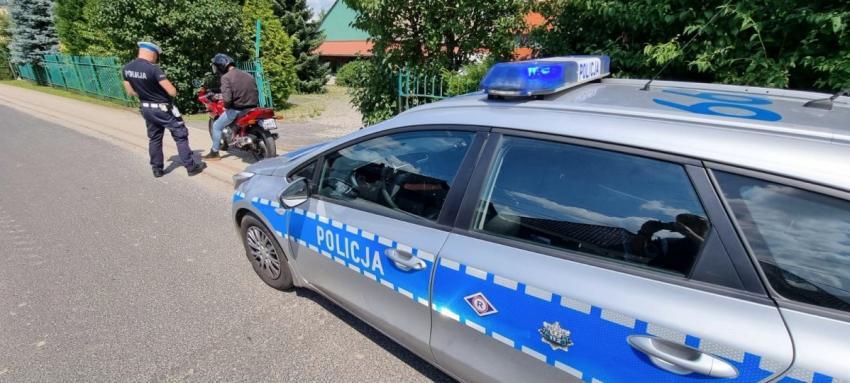 Policjant kontrolujący motocyklistę / fot. KPP Zgorzelec