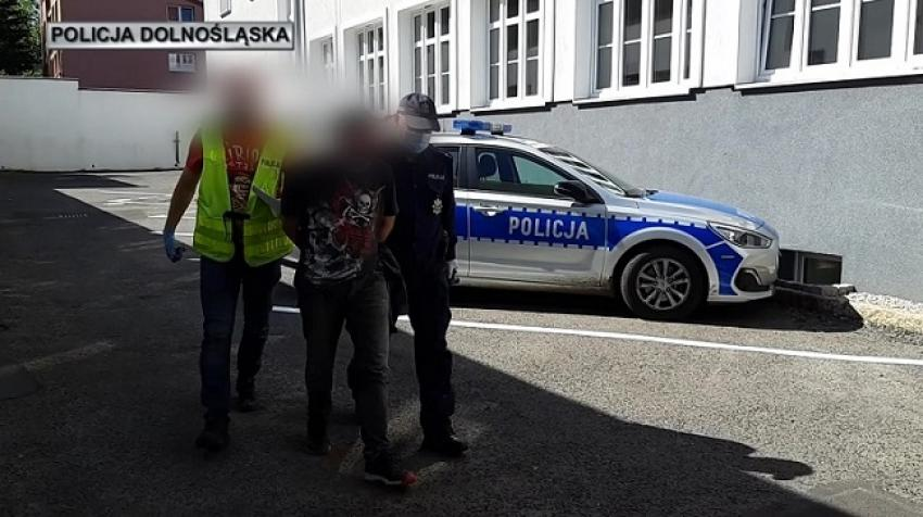 Mężczyzna podejrzany o kradzież pojazdu doprowadzany do jednostki policji / fot. KPP Lubań