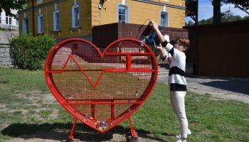 Metalowy pojemnik w kształcie serca na plastikowe zakrętki / fot. UM Zawidów