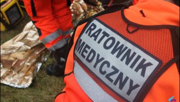Ratownicy medyczni podczas udzielania pierwszej pomocy / zdjęcie ilustracyjne