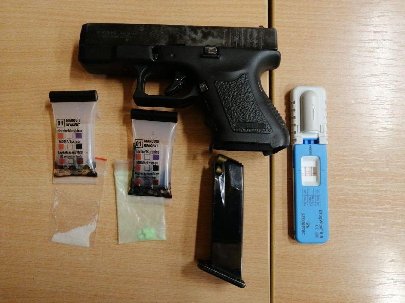 Zabezpieczona broń z magazynkiem, testery narkotykowe i narkotyki / fot. KPP Zgorzelec