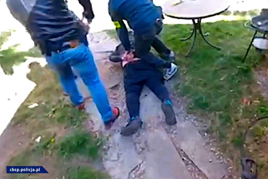 Policjanci zatrzymujący podejrzanego / fot. CBŚP