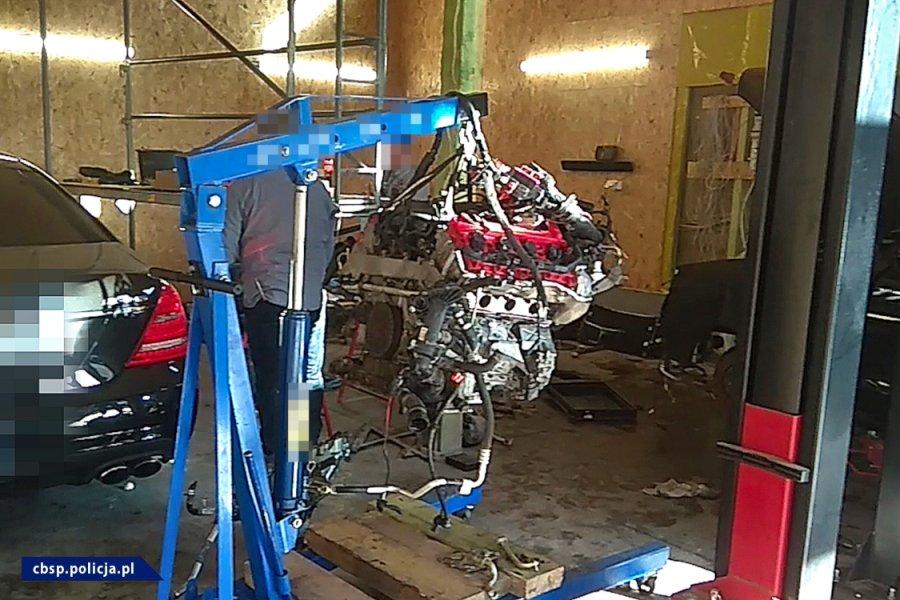 Silnik na podnośniku / fot. CBŚP