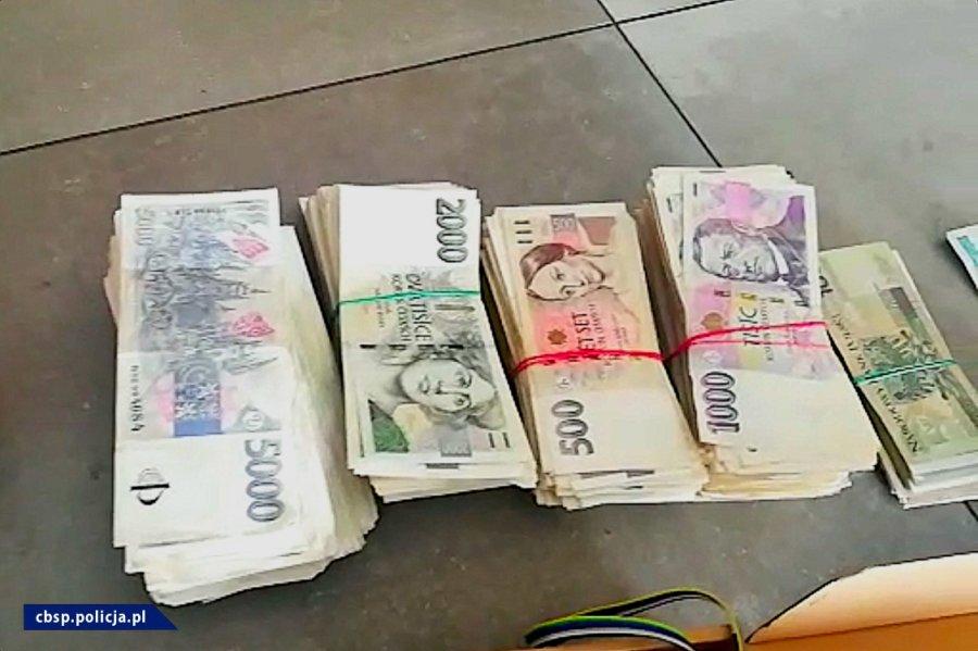 Zabezpieczone przez policjantów banknoty o różnych nominałach / fot. CBŚP