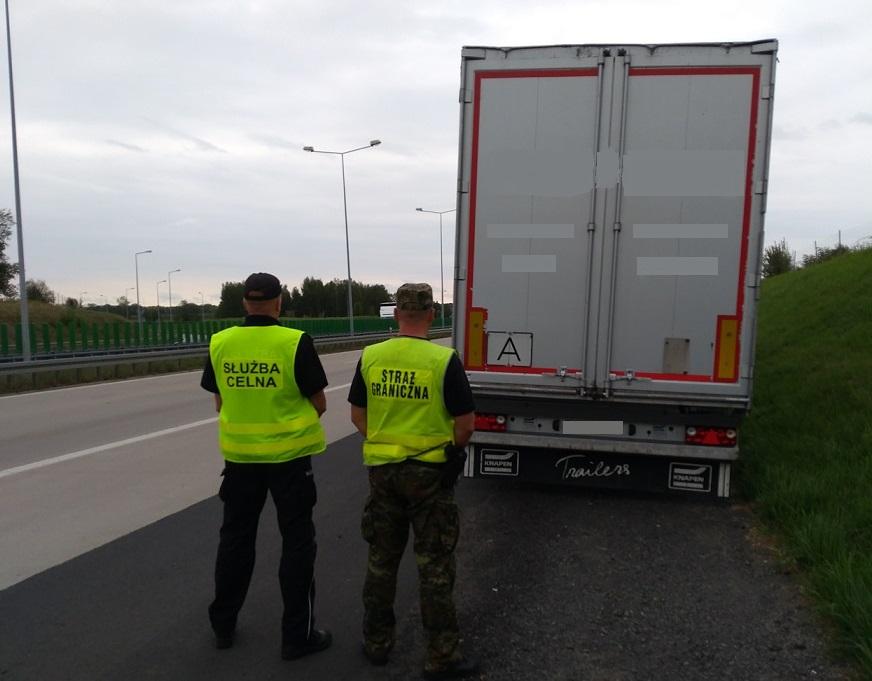 Zatrzymana przez funkcjonariuszy ciężarówka przewożąca śmieci / fot. NOSG