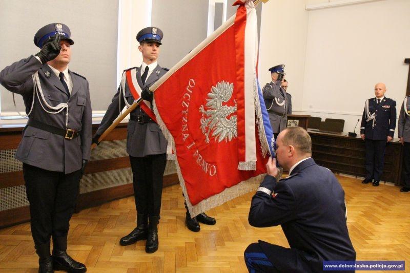Pożegnanie ze sztandarem przez nadinsp. Tomasza Trawińskiego / fot. KWP Wrocław
